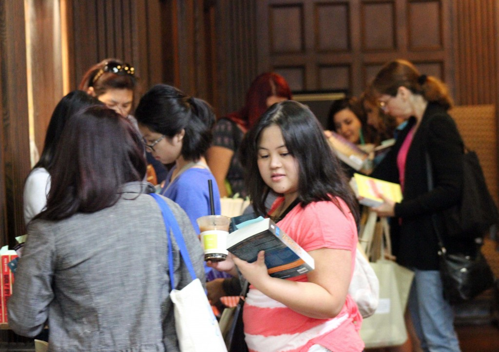 Attendees looking through ARCs before the start of the keynote speech. Photo by Alfonso Huerta